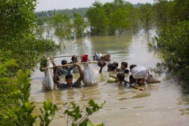 Rohingya -Una famiglia raggiunge il confine Bangladesh dopo aver attraversato un insenatura del fiume Nafim al confine con Myanmmar, nella zona di Teknaf di Cox