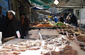 Vico Soprammuro, noto come Ncopp e mura ed il mercato del pesce a Napoli