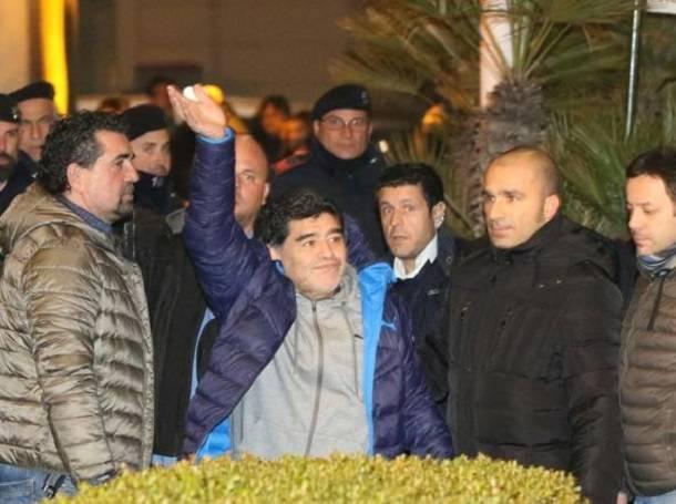 quattrocento tifosi attendono Maradona