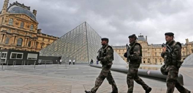 Atto terroristico a Parigi,un egiziano si scaglia contro militari armato di machete