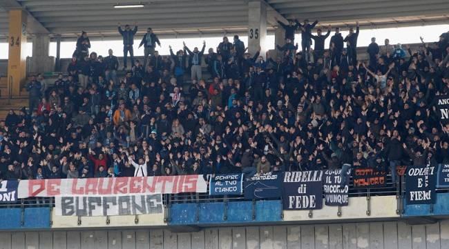 Striscione dei tifosi azzurri, contro il presidente De Laurentiis, al Bentegod
