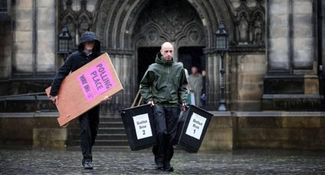 Aperte le urne nel Regno Unito: la premier Teresa May in vantaggio nei sondaggi della vigilia su Corbyn