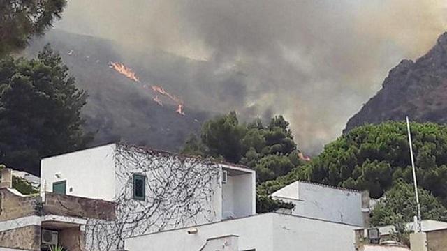 Continua l'emergenza incendi in Italia: due vittime in Calabria, evacuati tre campeggi.
