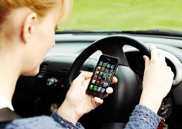 Sospensione della patente per chi guida usando il cellulare