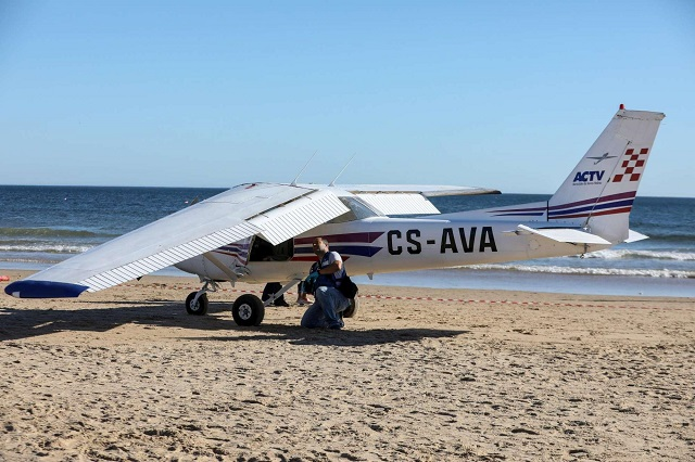 Lisbona: aereo da turismo atterra in spiaggia, uccidendo un uomo ed una bambina