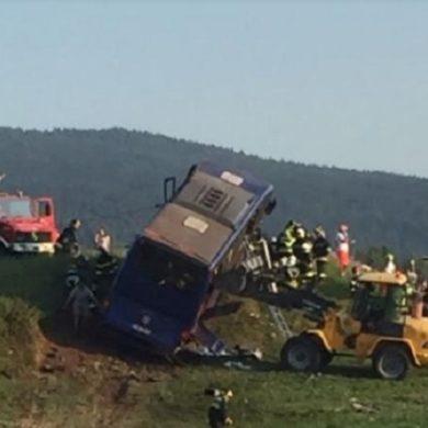 Val di Non: un bus di turisti cechi esce fuori strada finendo in prato, morto l'autista, 18 feriti