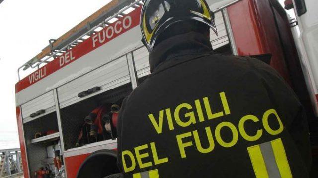 Rogo a Napoli all'alba muore donna 57 anni
