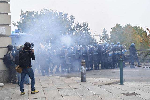 G7 Torino: nuovi scontri tra dimostranti e polizia, otto agenti feriti ed un fermo