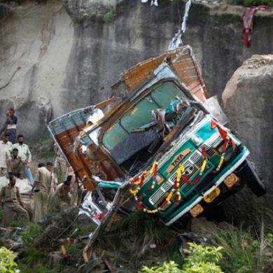 India - autocarro pieno di operai finisce fuori strada, 10 vittime, 20 feriti