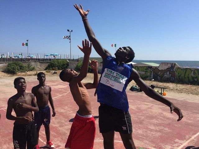 Tam Tam Basket, una realtà incompresa, svaniscono sogni ed aspirazioni di ragazzi immigrati, ma italiani