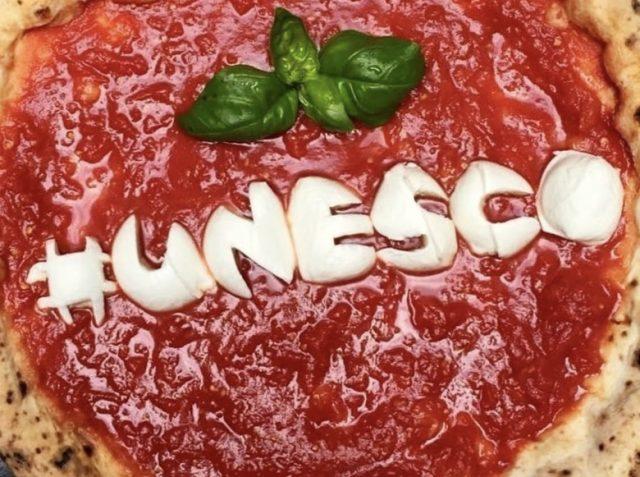 La pizza napoletana e l'arte del pizzaiuolo napoletano è patrimonio culturale dell'Umanità