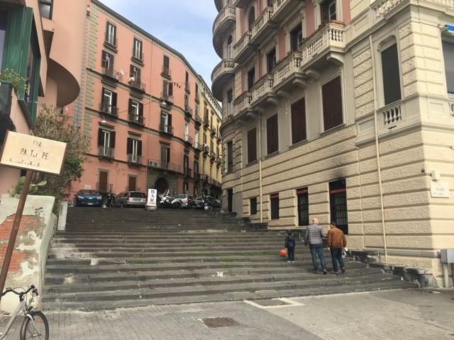 Progetto ArteinScala il noto artista ed illustratore Gianluca Biscalchin è stato Napoli per il piano di valorizzazione urbana della Scala del Chiatamone-1