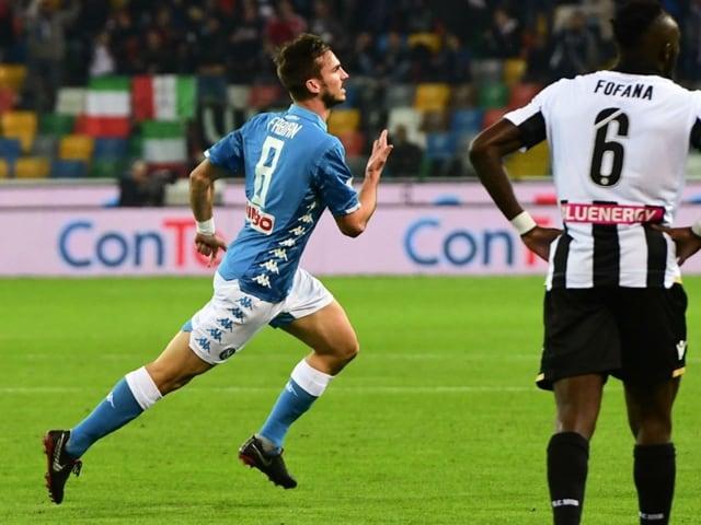 Il Napoli travolge l'Udinese, in Friuli, per 3-0 e rosicchia due punti ai bianconeri