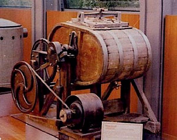 La prima lavatrice italiana fu progettata a Napoli dai Borbone nel 1851-2