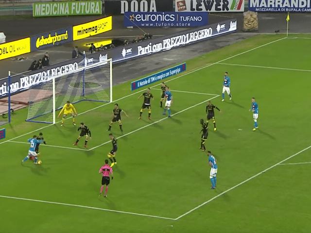 Il Napoli travolge 4-0 il Frosinone e tiene il passo dei bianconeri, Inter a 14 punti dalla vetta-2