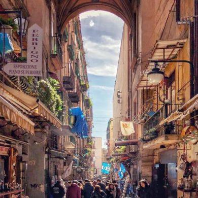 Napoli enorme fiumana di gente a San Gregorio Armeno la celebre via dei Presepi-1