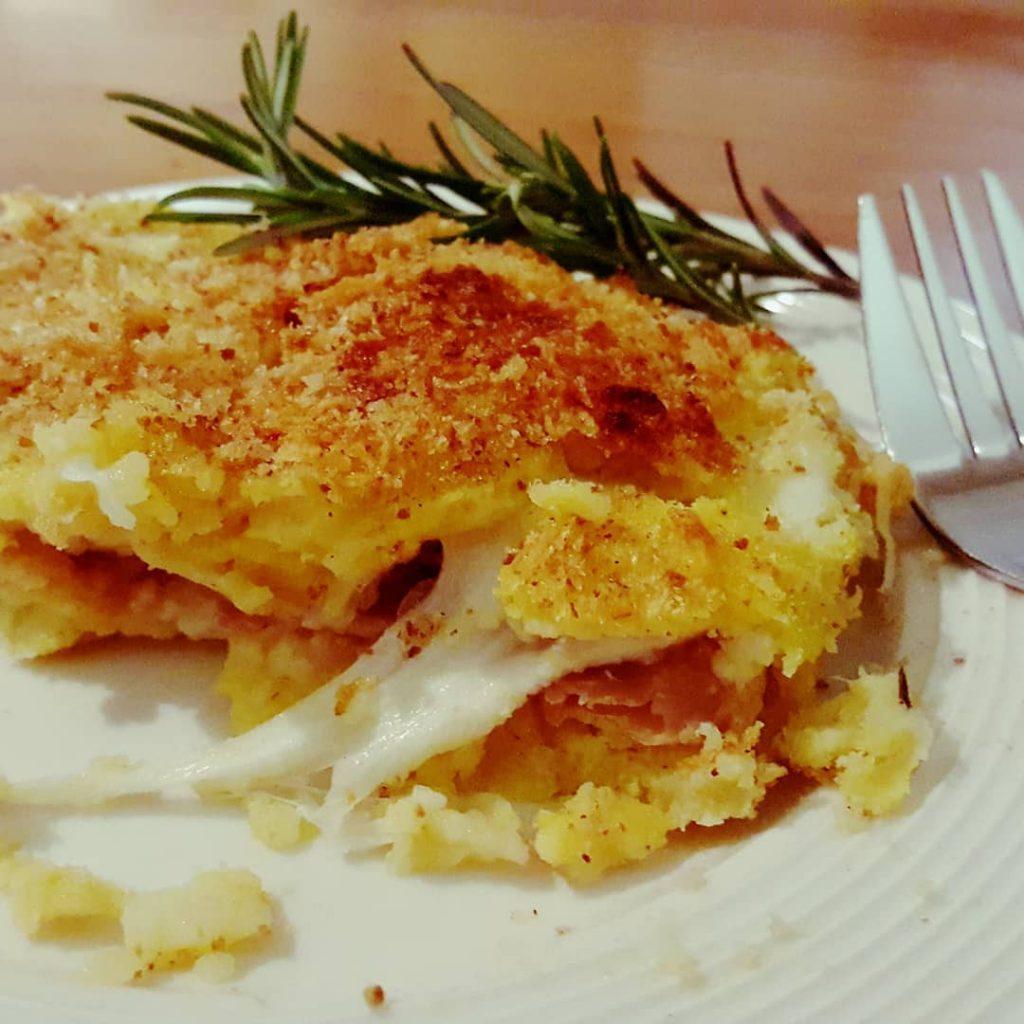 Il gatto con salsicce e friarielli, una gustosa variante di un piatto classico napoletano-3