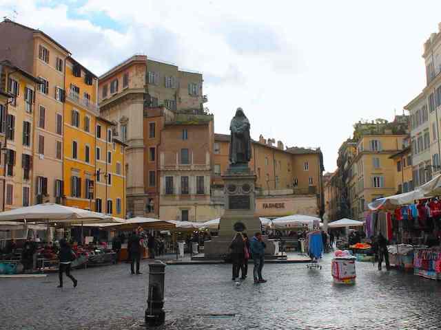 Piazza Campo dei Fiori a Roma - la statua del filosofo Bruno Giordano a sua memoria