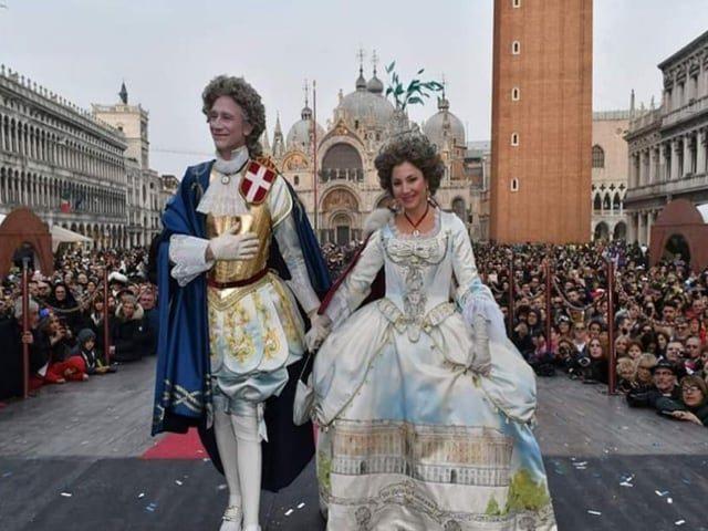 Una coppia di napoletani si aggiudica il premio per la maschera più bella al Carnevale di Venezia-1