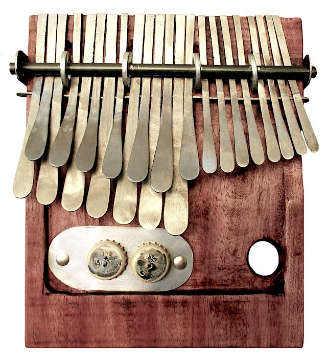 Kalimba- originale del popolo africano Shona dello Zimbabwe, interamente costruita a mano spesso con materiali di risulta.