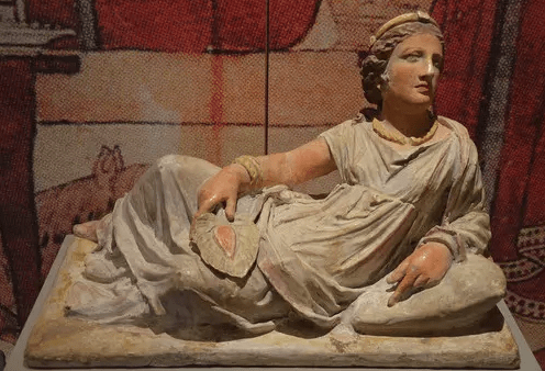 La donna etrusca: libera, indipendente, curata ed estremamente moderna