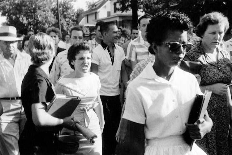 Elizabeth Ann Eckford all'esterno della scuola attaccata dalla folla antisegregazionista.